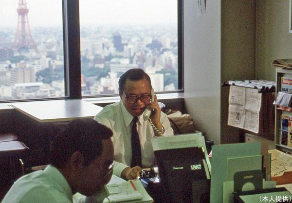 銀行マン時代の仕事の様子(提供写真)