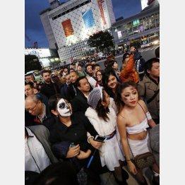 男はバッドマンの衣装がオススメ(写真は2015年の渋谷ハロウィーン)/(C)日刊ゲンダイ