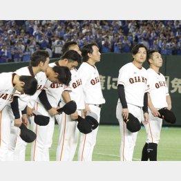 1stステージ敗退でファンに一礼する高橋監督ら(C)日刊ゲンダイ