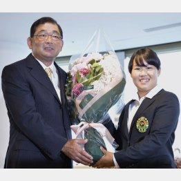 プロ転向会見で中嶋常幸から花束を受け取る畑岡奈紗(C)共同通信社