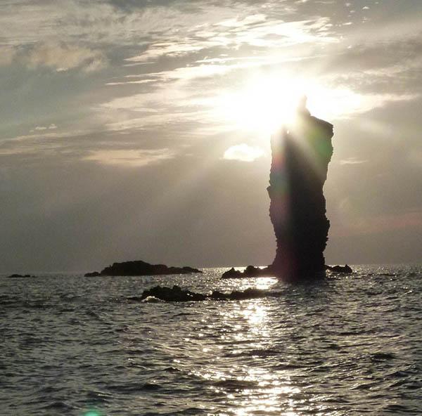 ローソク島(提供写真)