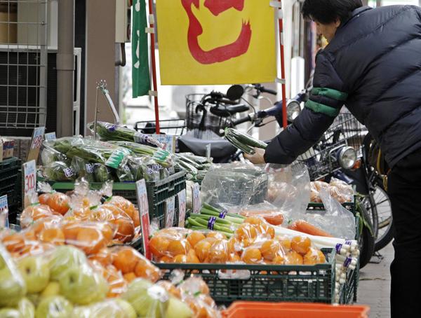野菜や魚も高騰する…(C)日刊ゲンダイ