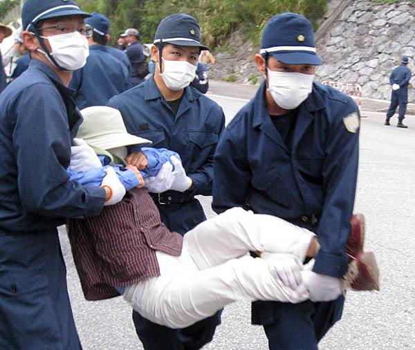 機動隊に排除される辺野古移設反対住民(C)日刊ゲンダイ