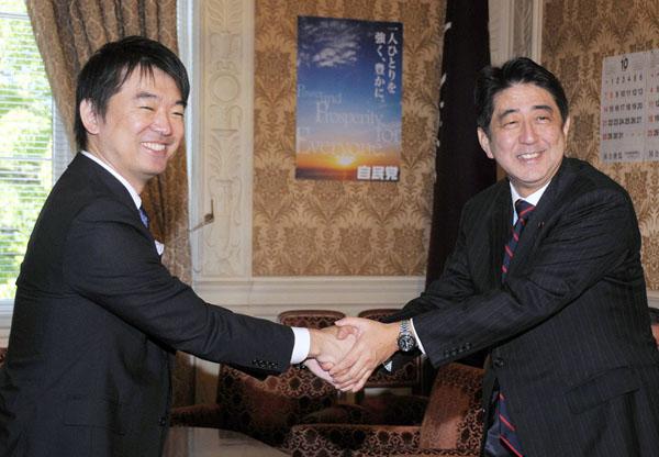 保身の握手(C)日刊ゲンダイ