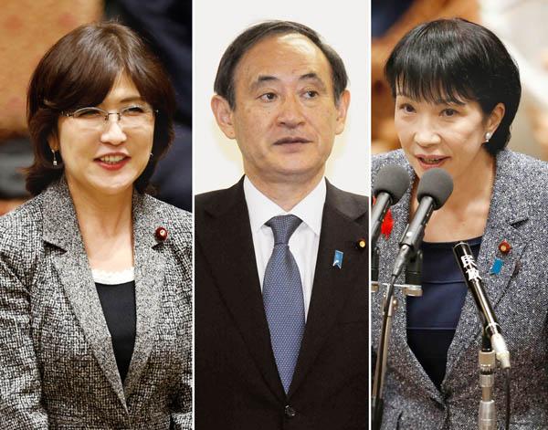 左から稲田防衛相、菅官房長官、高市総務相(C)日刊ゲンダイ