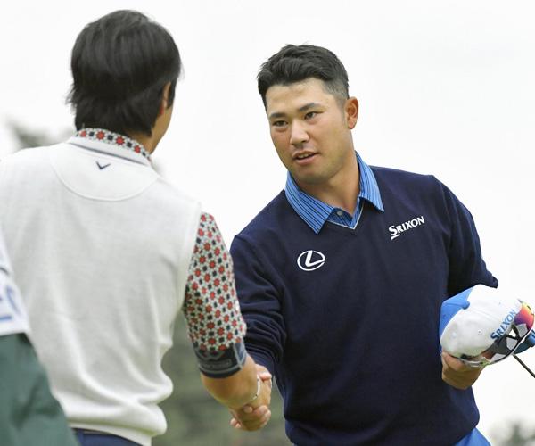 同組で回った石川遼(左)と握手を交わす松山英樹(C)共同通信社