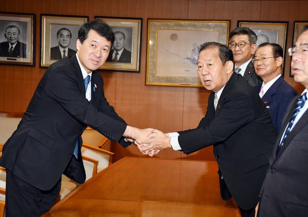 会談で握手をする泉田知事(左)と自民党の二階幹事長(C)日刊ゲンダイ