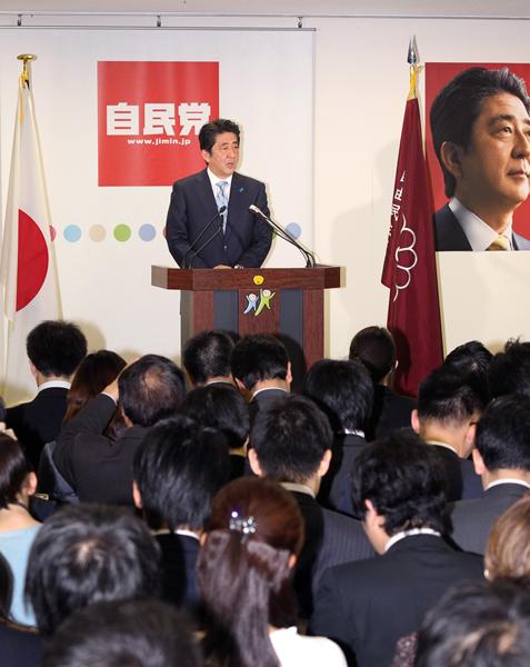 前回の解散総選挙後、報道陣を前に会見をする安倍首相(C)日刊ゲンダイ
