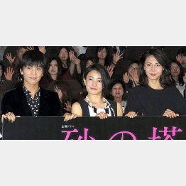 左から、岩田剛典、菅野美穂、松嶋菜々子(C)日刊ゲンダイ