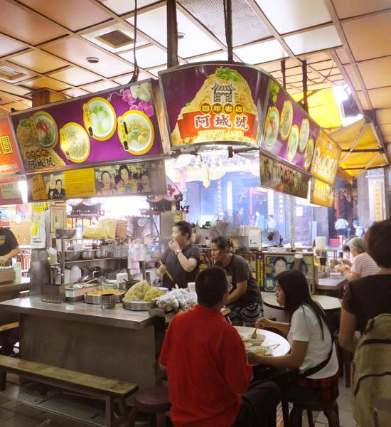 屋台風の店で気軽に食べられる(C)日刊ゲンダイ