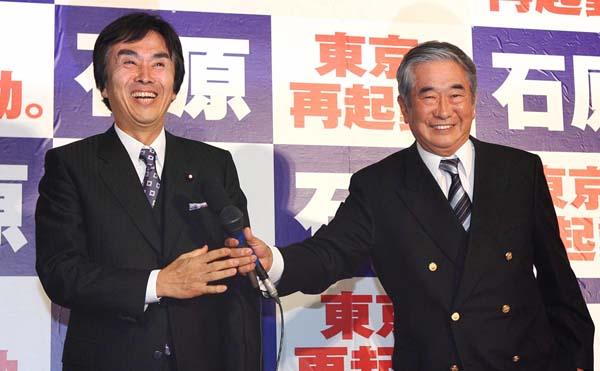 長男・伸晃氏(左)とも税金で会食(C)日刊ゲンダイ