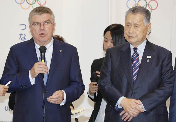 森会長(右)もいよいよ白旗か(左はIOCバッハ会長)/(C)日刊ゲンダイ