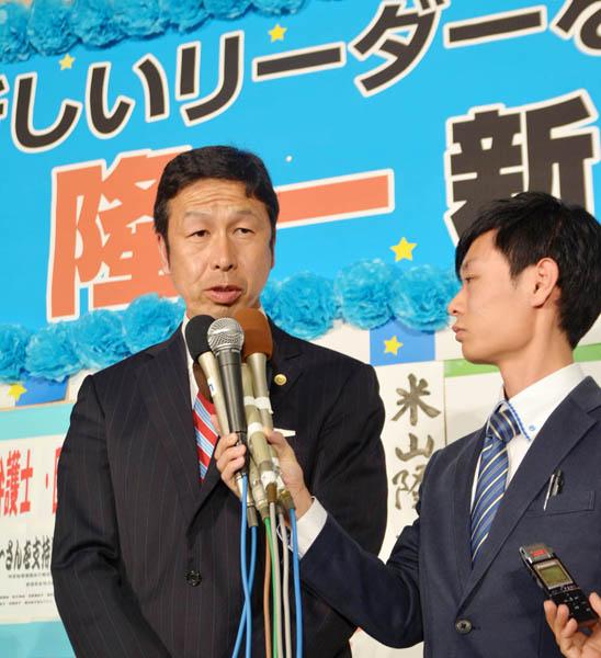 新潟県知事選に勝利した米山隆一氏(C)日刊ゲンダイ