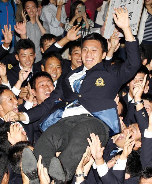野球部員たちに胴上げされる田中(C)日刊ゲンダイ