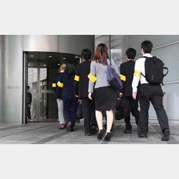 立ち入り調査のため、電通に入る東京労働局