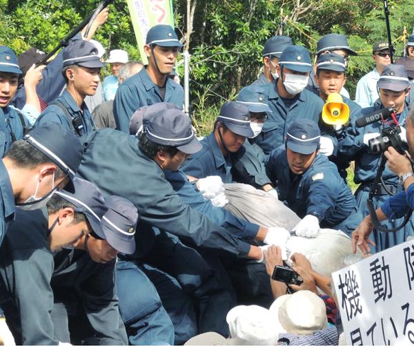 住民を強制排除する機動隊(C)日刊ゲンダイ