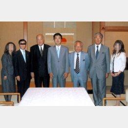 政界フィクサーと親子そろって写真撮影(C)日刊ゲンダイ