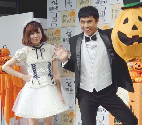 小島よしお(右)とともに(C)日刊ゲンダイ