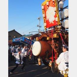 「石取祭」で太鼓をたたく若者