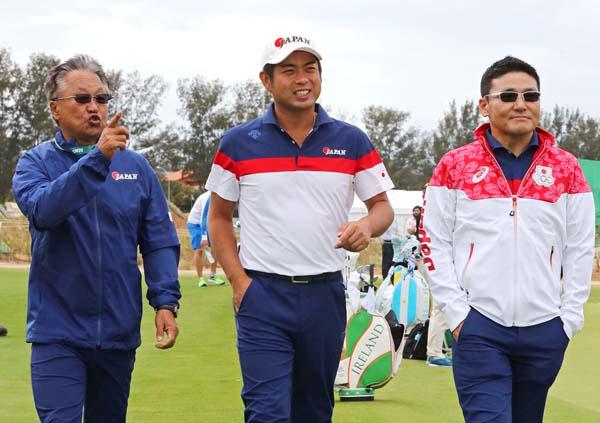 リオで練習ラウンドを行う池田勇太(中央)丸山茂樹ヘッドコーチ(右)と(C)真野慎也