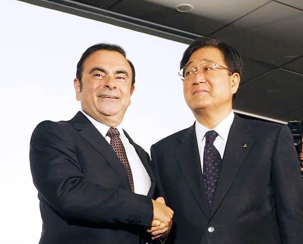三菱自動車の益子社長(右)と同社会長を兼務することになったゴーンCEO/(C)日刊ゲンダイ
