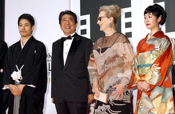 お気楽なもんだ(東京国際映画祭のレッドカーペットに登場した安倍首相)/(C)日刊ゲンダイ