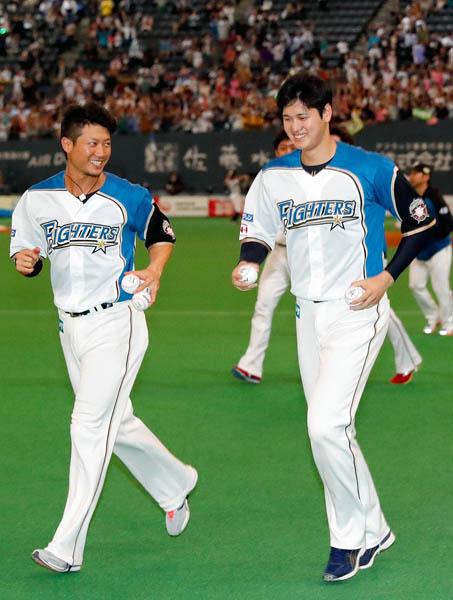笑顔でスタンドに向かう西川(左)と大谷(C)日刊ゲンダイ