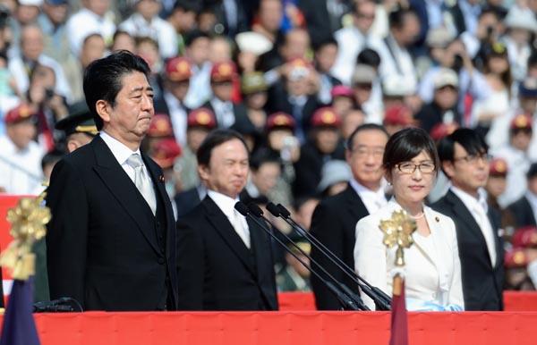 陸上自衛隊観閲式での安倍首相と稲田防衛相(C)日刊ゲンダイ