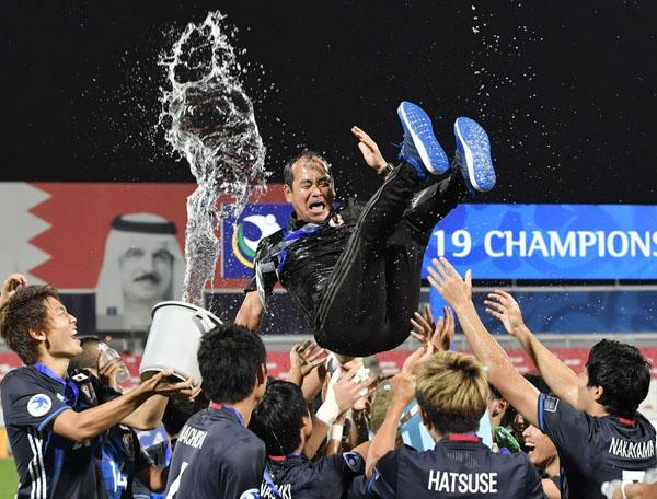 U-19アジア選手権で初優勝し胴上げされる(C)共同通信社