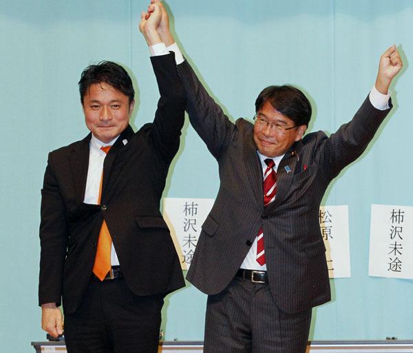 再選した松原仁会長(右)と柿沢未途衆院議員(C)日刊ゲンダイ