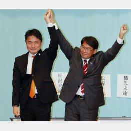 再選した松原仁会長(右)と柿沢未途衆院議員