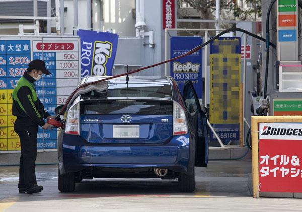 ガソリンスタンドとの関係は深い(C)日刊ゲンダイ