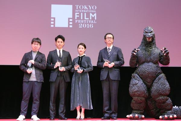 左から新海監督、妻夫木聡、高畑充希、ゴジラ(C)日刊ゲンダイ