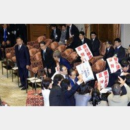 4日、委員会は強行採決(C)日刊ゲンダイ