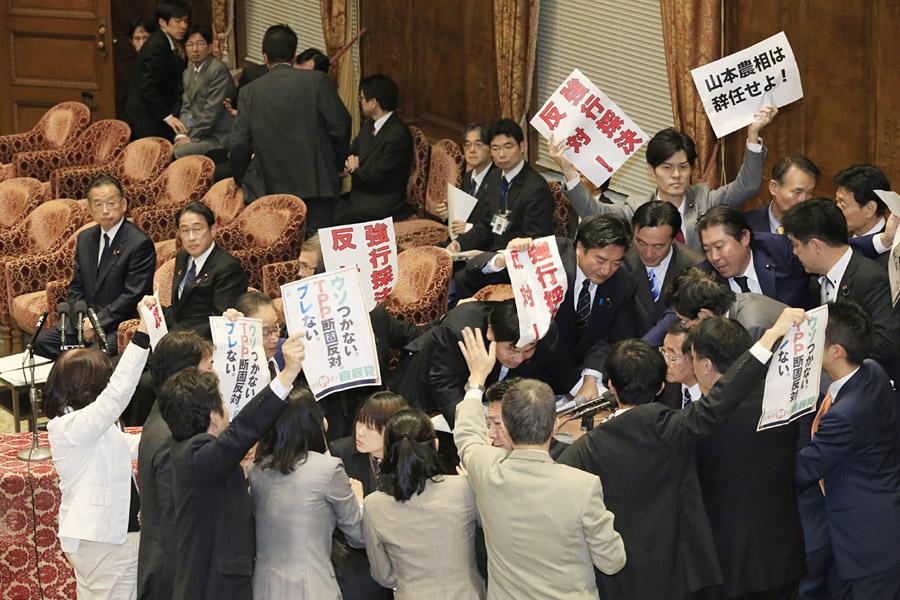 4日の特別委で強行採決(C)日刊ゲンダイ