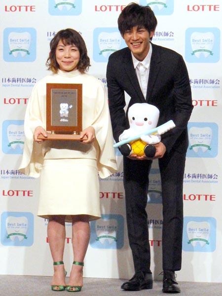 俳優の松坂桃季(右)の隣で笑顔を見せる三宅宏美/(C)日刊ゲンダイ