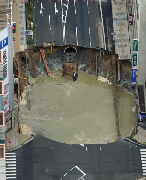 陥没した博多駅前の道路(C)共同通信社