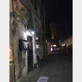 看板もない真っ黒なドアが…(C)日刊ゲンダイ