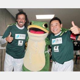 愛媛のキャラクターとおどけてファンサービス中のラモス氏(左)と松木氏(右)/(C)Norio ROKUKAWA/Office La Strada