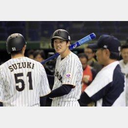 強化試合の前日練習で広島鈴木と談笑(C)日刊ゲンダイ