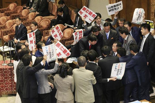 無意味な強行採決(C)日刊ゲンダイ