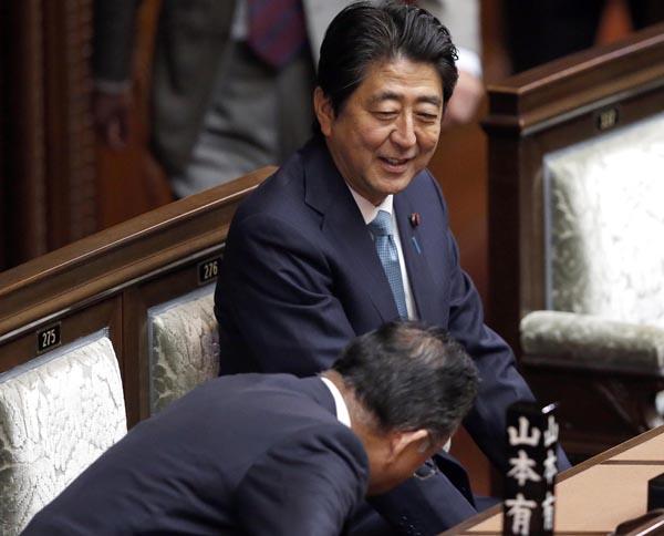 日本国民だけが騙されている(頭を下げる山本農相)/(C)日刊ゲンダイ