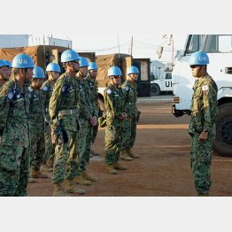 南スーダン・ジュバの宿営地で訓練をする陸上自衛隊員(C)共同通信社