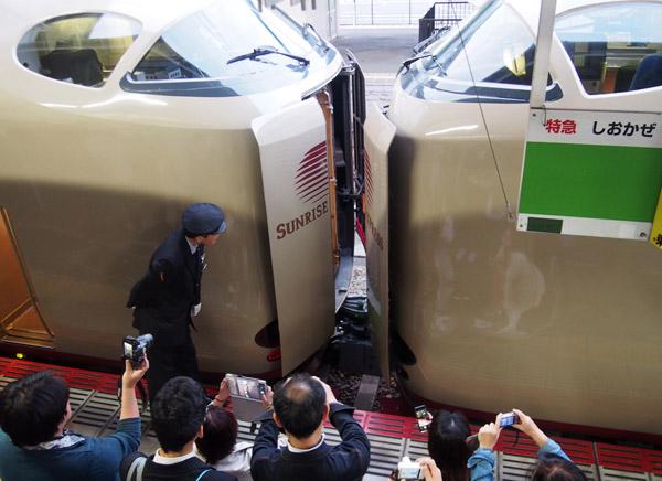 """""""切り離し""""に鉄道ファンが集まる(C)日刊ゲンダイ"""