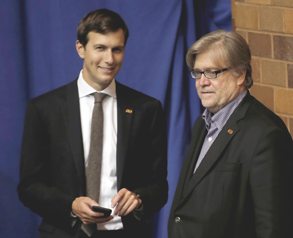 ジャレッド・クシュナー氏(左)とスティーブン・バノン氏(C)ロイター