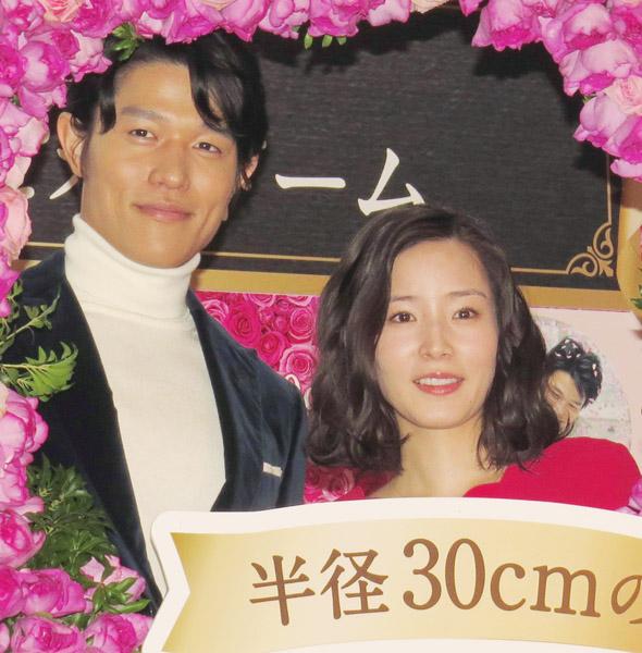 鈴木亮平と蓮佛美沙子(C)日刊ゲンダイ