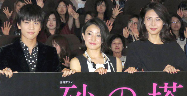 左から岩田剛典、菅野美穂、松嶋菜々子(C)日刊ゲンダイ