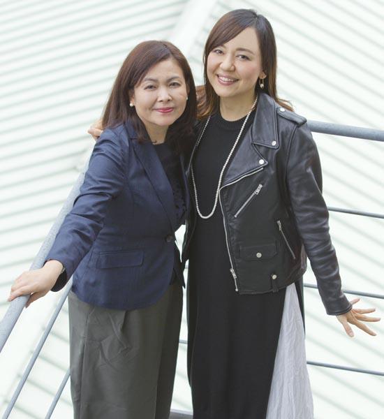 「こまつ座」代表の井上麻矢氏(左)と普天間かおり/(C)日刊ゲンダイ