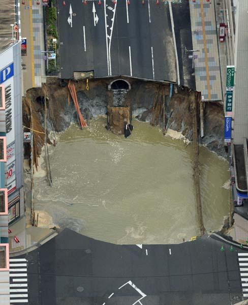 博多の大規模陥没は1週間で復旧した(C)共同通信社
