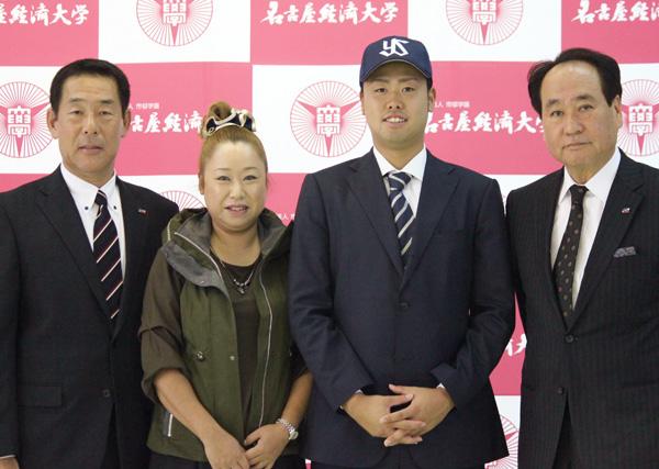 左から中西スカウト担当、美恵さん、中尾、島原チーフスカウト(名古屋経済大学提供)